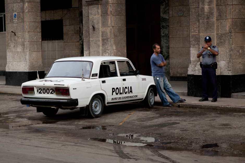 Lada policía. Fotografía color en papel RC. 55 x 77 cm. 2010