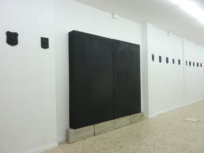 Luz Negra. Instalación. Luz Negra. Madera, acrílico, fotografía color sobre papel RC, hormigón e iluminación eléctrica. 250 x 250 x 25 cm. 2011