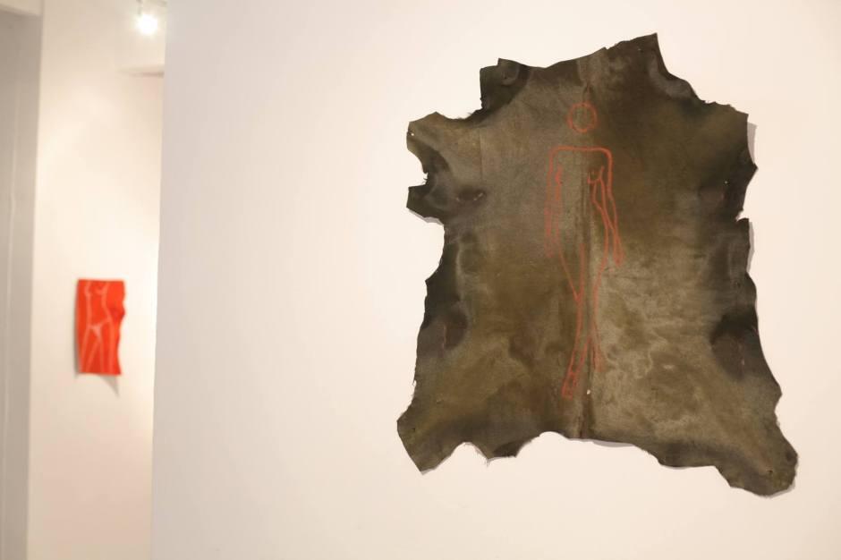 Julian Opie, 2014. Sanguina sobre piel de cordero tintada. 85 x 70 cm